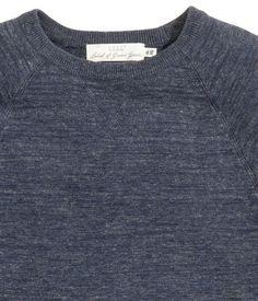 Donkerblauw gemêleerd. Een fijngebreide trui van licht onregelmatig katoenen…
