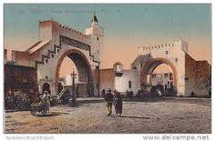 Bab El Khadra i«Porte d'accès aux champs de verdure », elle s'ouvrait sur des champs verdoyants des cultures maraîchères et arbustives. Cette porte, défendue par un bastion, commandait les routes de Carthage et de l'Ariana.  Son rôle économique et stratégique entraîna la disparition de Bab Carthagena. Après 1881, la baie unique a été remplacée par l'ensemble monumental actuel qui donne un cachet pittoresque à ce quartier.