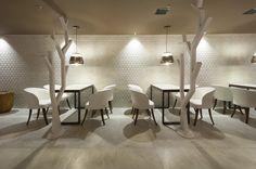 A Cafeteria feita pelas arquitetas Adriane Cesa e Viviane Pradela para a 16ª Sala de Arquitetos de Caxias do Sul levou o produto com relevo Sides WH na parede iluminada e  Magnum SGR no chão. Salas, Rooms