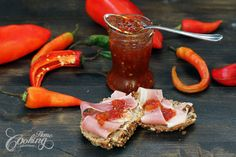 This chilli jam is a must-have for all who love combination between sweet and spicy. It's a perfect addition to complete a meat table or just a simple sandwich. Chilli Jam, Chili, Sandwiches, Sweet And Spicy, Sweet Chilli, Jam Recipes, Hot Sauce Bottles, Chutney, Family Meals