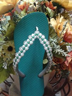 Feita por mim.!!! Beaded Beads, Bridal Dresses, Flip Flops, Projects To Try, Bling, Chic, Shoes, Embroidered Hats, Decorated Flip Flops