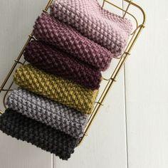 Perlestrikkede klude i 8/8 økologisk bomuld i Karen Klarbæks 19 farver?Lige til at strikke selv.Store og bløde og gode i brug.Tilmed hurtige at strikke i det tykke bomuldsgarn.Der går 1 nøgle til hver