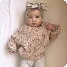 Best 10 Image may contain: 1 person – Salvabrani – Page 368169338285387726 – SkillOfKing.Com – SkillOfKing. Crochet Baby Sweaters, Crochet Baby Clothes, Crochet Beanie, Knitted Hats, Baby Girl Patterns, Baby Knitting Patterns, Baby Pullover, Baby Fashionista, Kids Fashion