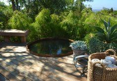 Badespaß Whirlpool Garten grüne Sträucher Rattankorb