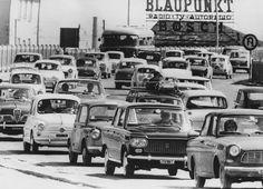 Il traffico all'uscita da Milano per passare il weekend fuori città, al mare o in montagna, 6 agosto 1963. (Keystone/Hulton Archive/Getty Images)