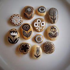Piedritas de Río  Para decorar tu hogar de manera vintage! Preciosas, hechas con mucho amor, pintadas a mano y selladas con barniz. Ideal para regalar un precioso jardín original a alguien especial :)