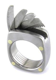 Erkeğin güç yüzüğü The Man Ring ile beş işlevli bir İsviçre çakısını yüzük parmağınızda taşıyın