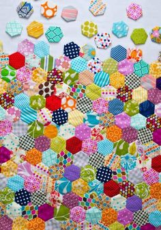 comment assembler tous les hexagones multicolores pour faire un chef-d'oeuvr… how to assemble all the multicolored hexagons to make a patchwork masterpiece Image Size: Patchwork Quilting, Hand Quilting, Hexagon Quilting, Hexagon Quilt Pattern, Patchwork Hexagonal, Diy Quilt, Fabric Crafts, Sewing Crafts, Quilts Online