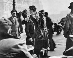 """1950 Robert Doisneau """"Le baiser de l'Hôtel de Ville (Kiss by the Hôtel de Ville)"""