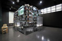 Coolt om man har ett stort rum att bygga ett litet rum så här, med bokhyllor på utsidan och med TV inbyggd. Vardagsrummet kanske med köket innanför, eller hemmabio där inne  Nam June Paik Library / N H D M