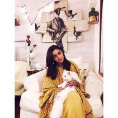 Alia Bhatt looks pretty in these ethnic wear outfits Bollywood Stars, Bollywood Fashion, British Actresses, Indian Actresses, Bollywood Celebrities, Bollywood Actress, Aalia Bhatt, Alia Bhatt Cute, Alia And Varun