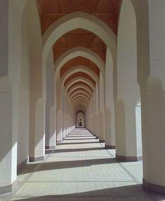 Never ending corridor. архитектура と вдох Arcade Architecture, Minimal Architecture, Stairs Architecture, Islamic Architecture, Architecture Details, Image Desert, Modern Industrial Decor, Modern Decor, Perspective Photography