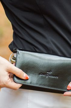 Unsere Handytasche ist ein unverzichtbares Zubehör für alle Reiter, die sicher im Gelände unterwegs sein wollen und löst das Problem, dass man keinen Platz hat, sein Handy beim Reiten und im Stall sicher und jederzeit griffbereit zu verstauen. In braun oder schwarz passt die Tasche zu jedem stylischen Outfit und ist das perfekte Accessoire für deinen Look.  Die Tasche wird in einer schicken Schachtel angeliefert und ist damit das ideale Geschenk für Reiterinnen und Reiter. Outfit, Fashion, Accessories, Show Jumping, Dressage, Brown, Black, Women Riders, Pony Horse