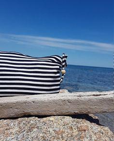 Pochette, en jersey rayé bleu marine et doublure éponge blanc cassé, avec petite perle en bois. Bleu Marine, Etsy, Inspiration, Off White Color, Pouch Bag, Bead, Woodwind Instrument, Summer Recipes, Biblical Inspiration