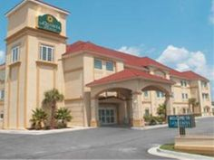 Kingsland (GA) La Quinta Inn & Suites Kingsland/Kings Bay Naval B United States, North America Ideally located in the prime touristic area of Boone Avenue, La Quinta Inn & Suites Kingsland/Kings Bay Naval B promises a relaxing and wonderful visit. Featuring a complete list of amenities, guests will find their stay at the property a comfortable one. Free Wi-Fi in all rooms, 24-hour front desk, facilities for disabled guests, express check-in/check-out, laundry service are just ...