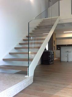 Scala con doppio cosciale: Ingresso & Corridoio in stile di Ideal Ferro snc Dream Home Design, House Design, Glass Stairs, Stair Decor, Modern Stairs, Scale Design, Stairways, Modern Architecture, New Homes