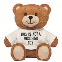 「モスキーノ(MOSCHINO)」がまるでテディベアにくるまれたようなフレグランス「トイ」をローンチした。ロンドンのハロッズやミラノのラ・リナシェンテでの先行販売を経て、EU諸国ではホリデーシーズンに合わせて発売する。その他の国では、来年の...