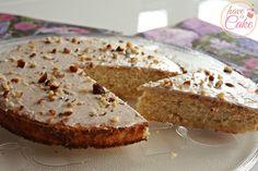 Proste i szybkie w wykonaniu, bardzo aromatyczne i lekkie ciasto kokosowe z frostingiem kakaowym.