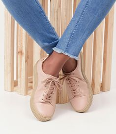 Tênis feminino  Material: Sintético  Marca: Satinato     COLEÇÃO INVERNO 2017     Veja mais opções de    tênis femininos.        Satinato     A Satinato possui uma coleção de sapatos, bolsas e acessórios cheios de tendências de moda. 90% dos seus produtos são em couro. A principal característica dos Sapatos Santinato são o conforto, moda e qualidade! Com diferentes opções e estilos de sapatos, bolsas e acessórios. A Satinato também oferece para as mulheres tudo que há de melhor com muito…