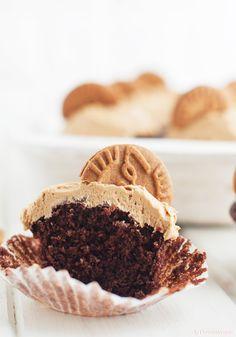 Cupcakes de chocolate con frosting de Speculoos — La chocolaterapia Chocolate Blanco, Muffins, Easy Recipes, Deserts, Chocolate Cupcakes, Muffin, Cupcakes