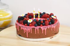 Drip cake chocolat fruits rouges sans gluten pour une birthday party tutti frutti – Sunny Délices
