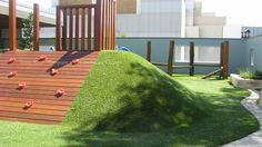 Dit lijkt me super voor een 'stenen' schoolplein zoals dat van ons. Een kunstheuvel met kunstgras, mét klimwand!