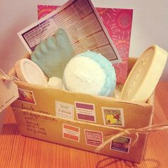 A gift from the Lush Spa. If you fancy wanting to try out a few treats that are used within the Lush Spa, this gift is clearly for you. Stepping Stone Foot Scrub - The Spell Treatment Big Blu Bath Ballistic - The Good Hour Peace Massage Bar - Synaesthesia Treatment Full of Grace Facial Serum - The Validation Treatment