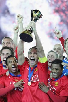 Rio hoisting the Club World Cup in 2008, flanked by Vida, G. Neville, Nani, Fletch & Pat.