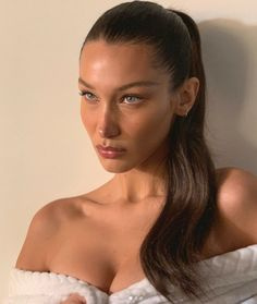 Bella Hadid's job is to literally look gorgeous but after 40 hours on plane in one week, even supermodels need a helping hand to get their skin to glow. Bella has a simple and cheap trick to depuff and sculpt skin - she rubs ice all over her face. Bella Hadid Estilo, Bella Hadid Hair, Bella Hadid Makeup, Bella Hadid Nose, Kim Kardashian, Kendall Jenner, Foto Twitter, 3 4 Face, Lily Aldridge