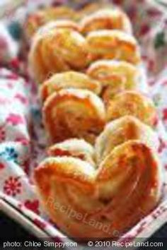 Apple and Cinnamon Palmiers, and a beautiful picture. I love palmiers. Halogen Oven Recipes, Nuwave Oven Recipes, Convection Oven Recipes, Desserts Français, Delicious Desserts, French Desserts, Dessert Recipes, Nu Wave Recipes, Cake Pops