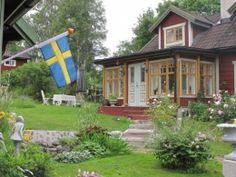 Zweedse vlag, Sundborn, Zweden, Dalarna, rode huizen