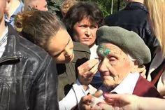 В Славянске умерла ветеран, которую 9 мая националисты облили зеленкой. 91-летняя Любовь Печко скончалась на следующий день после нападения. Какого наказания, по вашему мнению, заслуживают радикалы? [видео, обсуждение]
