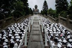 香港・ランタオ(Lantau)島の天壇大仏(Tian Tan Buddha)前の階段を占拠した1600個の張り子パンダ。世界自然保護基金(WWF)とのコラボレーションで仏人アーティストのポロ・グランジョン(Paulo Grangeon)氏が手掛けた(2014年6月10日撮影)。(c)AFP/Philippe Lopez ▼11Jun2014AFP|張り子パンダの大群、ランタオ島で大仏を参拝? http://www.afpbb.com/articles/-/3017339 #Tian_Tan_Buddha