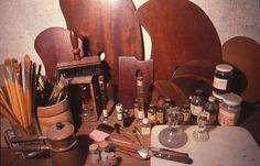 パレットや絵の具を練るためのガラスの棒(モレット)や大理石の板(スラブ)、あるいは特殊な画溶液など。