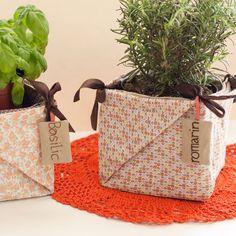 Fabriquer un cache pot origami  : Astucieux, pratique et surtout si joli, ce cache-pot façon origami accueillera vos pots de plantes aromatiques. Il décorera gracieusement la table ou le balcon et se pliera facilement pour se ranger lorsque vous n'en aurez plus besoin. Il se transformera même en petit panier fourre-tout à l'occasion !