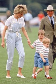June Prince Harry, Prince William and Lady Diana at a polo match at Smiths Lawn, Windsor, Berkshire. Princess Diana Photos, Princess Diana Fashion, Princess Diana Family, Princess Charlotte, Princess Of Wales, Lady Diana Spencer, Diana Son, Carole Middleton, Prince William And Harry