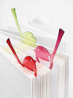 http://www.promoespace.com/Articulos-promocionales/Koziol/3515-Senaladores.html  Señalador de Koziol.   Leer es un placer que se acentúa con este atento pajarito señalador. [pi:p] también es ideal como broche juntapapeles, pequeño obsequio, broche cierrabolsas, decoración de regalos y otro sinnúmero de aplicaciones.