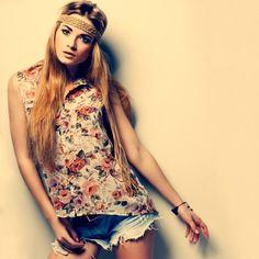 mode-style-boheme-chic-shorts-jean-blouse-motifs-floraux-bandeau-tressé