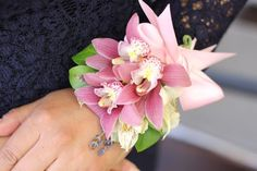 Sweet wrist corsage DIY for prom, weddings or even Mother's Day. :-)