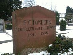 Oud-Zuilen. F.C. Donders (1818-1889) opende in 1858 een kliniek voor ooglijders in Utrecht, in het Hoogt. Jaartallen op de steen betreffen zijn aanstelling als hoogleraar (Geneeskunde; Fysiologie) aan de UU. Utrecht, Graveyards