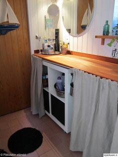 Hyllyköt ja pesukoneet on tässä talossa peitetty verhoilla. Näin kodinhoitohuonekin saa harmonisemma ilmeen. Täällä asuu: Pikkutalossa #styleroom #inspiroivakoti #sailytys #kodinhoitohuone