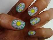 Cute daisy nails.
