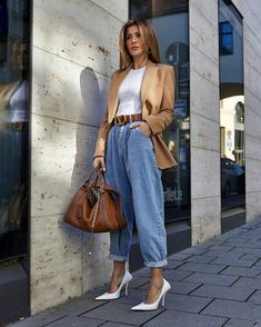 Como atualizar o look com mom jeans - Guita Moda Casual Summer Outfits For Women, Classy Outfits, Trendy Outfits, Winter Outfits, Stylish Outfits, Looks Chic, Looks Style, Mode Outfits, Fashion Outfits