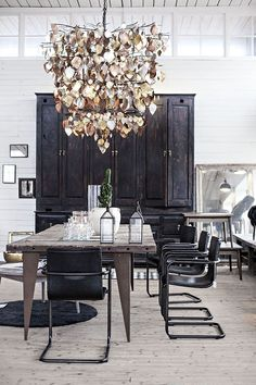 Interior: reclaimed wood table in the dining room - Seaofgirasoles Industrial Dining, Industrial Style, Industrial Lighting, Dining Room Design, Dining Room Furniture, Dining Rooms, Wood Furniture, Vintage Furniture, Dining Chairs