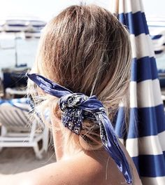 En bord de mer, le bandana bleu marine se noue en chignon