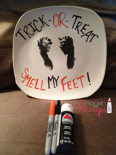 Trick Or Treat Smell My Feet! Great keep sake for a baby's first Halloween. Halloween Bebes, Halloween Plates, Holidays Halloween, Halloween Crafts, Holiday Crafts, Holiday Fun, Halloween Decorations, Holiday Ideas, Halloween Party