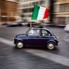 Fiat 500 and an Italian flag Vespa, Foto Glamour, Rome Florence, Places To Travel, Places To Go, Fiat Cinquecento, Fiat Abarth, Cute Cars, Italian Style