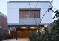 Project´s description The residence is set in a plain urban terrain and was built with a mixed structure of steel and concrete. The metal frame on the groun...