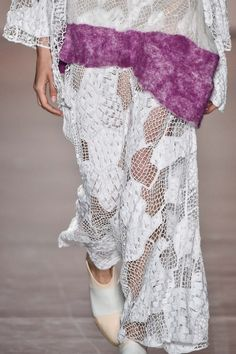Detalhes // Fernanda Yamamoto, SPFW, Inverno 2016 RTW // Thumbs // FFW Fernanda Yamamoto, Fashion Details, Fashion Design, New Trends, Wearable Art, Felting, Lace Skirt, Ideias Fashion, Knitwear