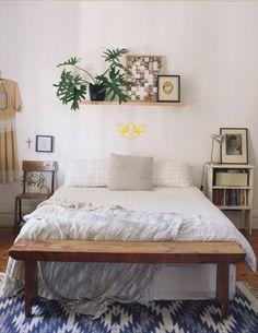 Une tête de lit ornée d'une plante verte